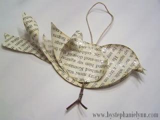 Passarinho para enfeitar árvore de Natal feito com páginas de livros