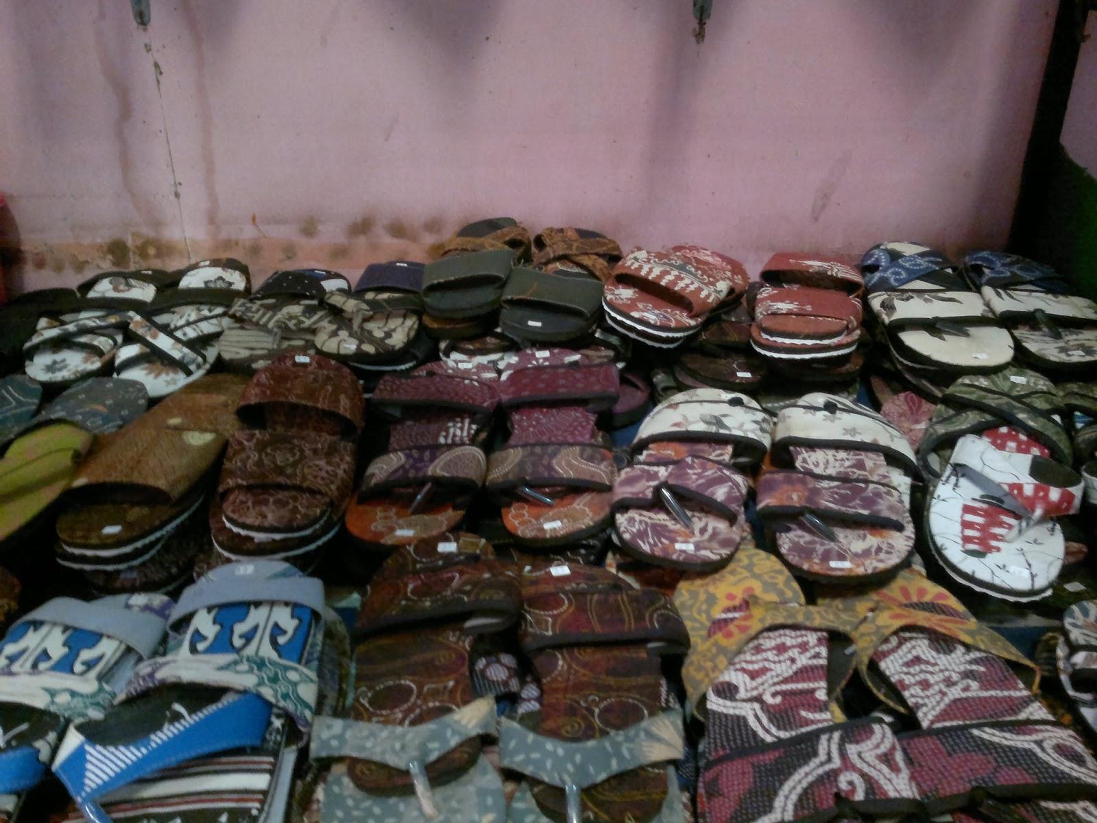 kerajinan yang tidaklepas dari batik seperti tas batik, sandal batik ...