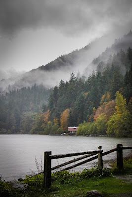 Atmospheric conditions at Lake Crescent in Olympic National Park, WA, av Lindley Ashline