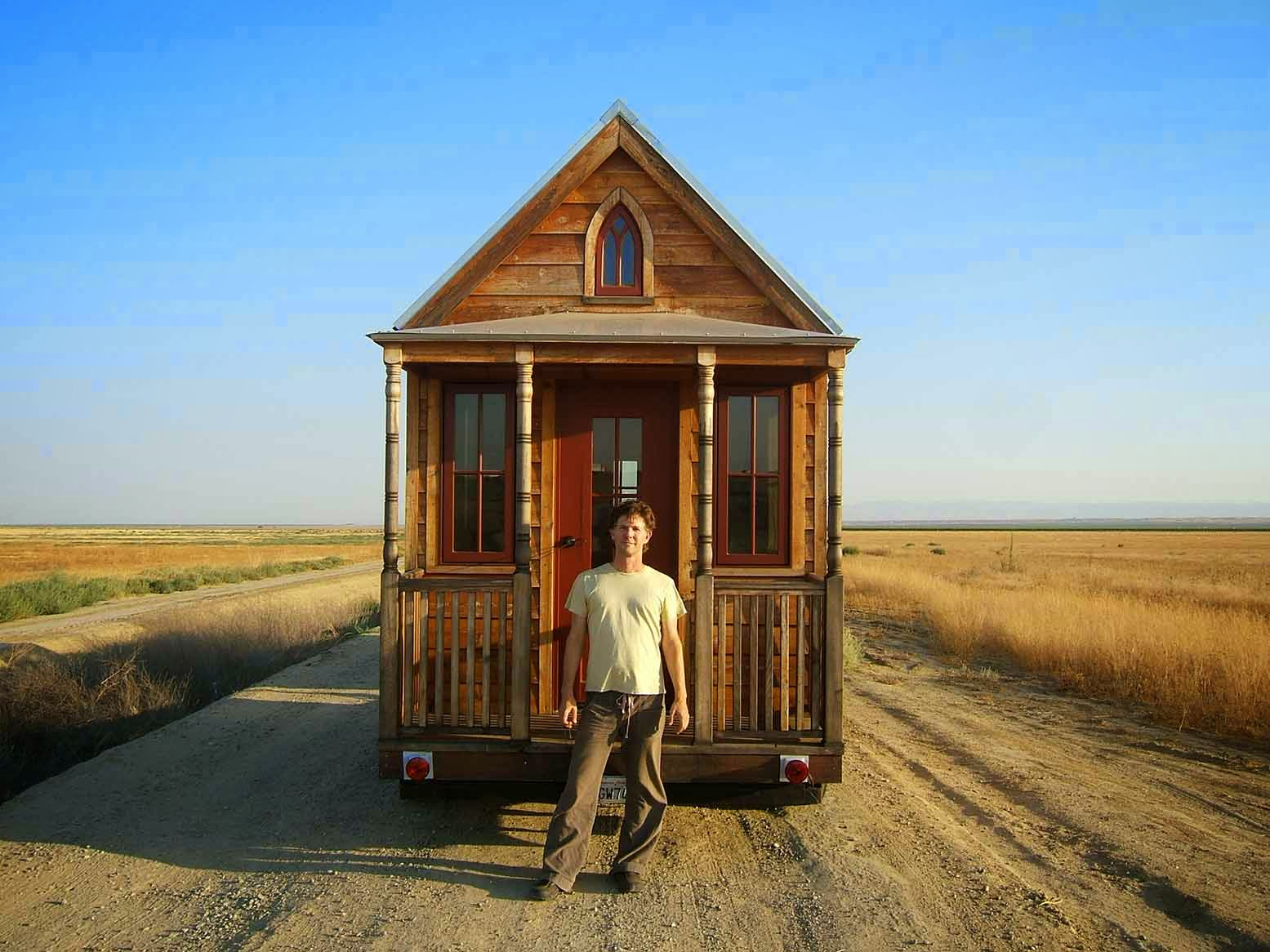 Jay Shafer står framför sitt Tiny House på hjul.