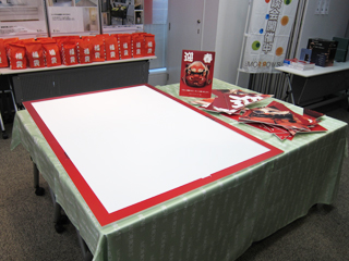 イベント会場に置かれた巨大パネルパズルの写真