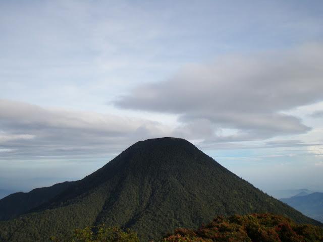 puisi. Apabila kita mendaki Gunung Pangrango dan melewati Lembah