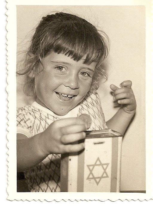 תמונה שלי עם הקופסה של הקרן הקיימת לישראל. התמונה נמסרה למוזיאון הקרן הקיימת בתל-אביב