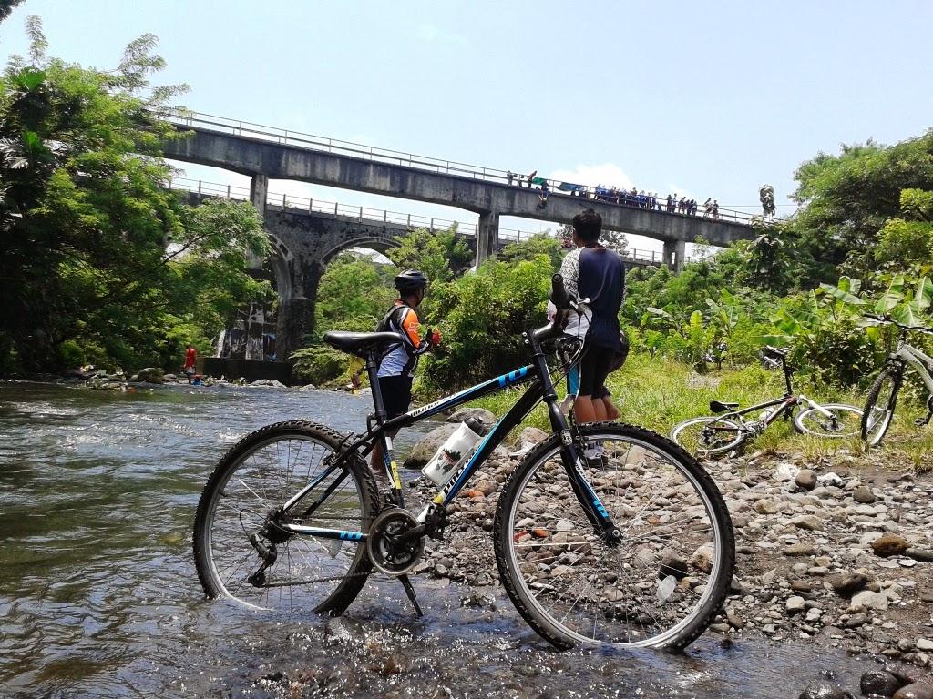 Melihat anak-anak latihan climbing di Jembatan Babarsari