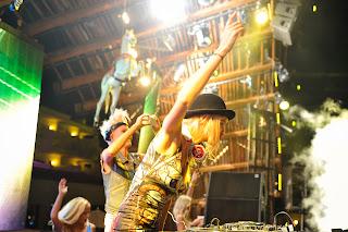 El escenario de Ushuaïa Ibiza Beach Hotel se decoró acorde con el peculiar estilo de las chicas
