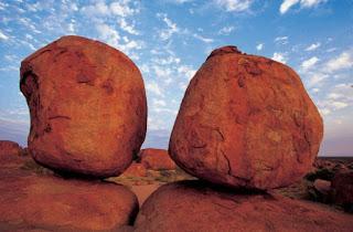 batu setan raksasa muncul di australia