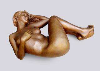 style figuratif : Jeune femme nue allongée sur le dos, elle sourit