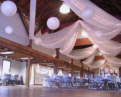 La decoración total del salón se puede apoyar intercalando entre las telas y las pantallas e iluminación.