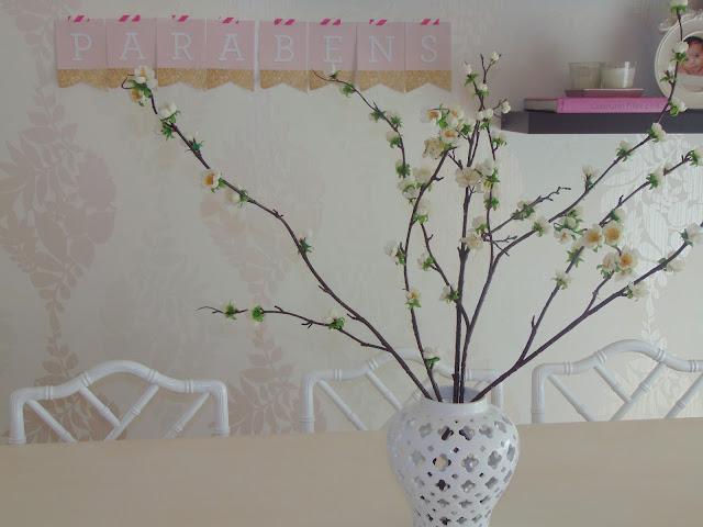 Cadeiras chipendale; ponte e flores