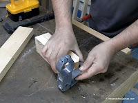 Pieza de madera para encajar el soporte metálico. www.enredandonogaraxe.com