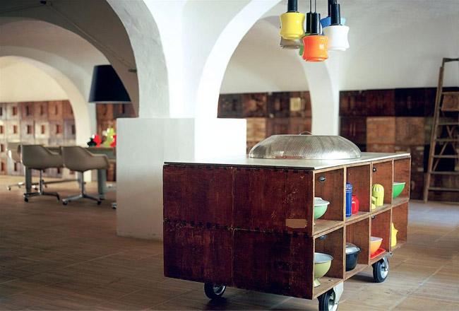 diseño interior en un loft con cajas de madera -mueble con ruedas