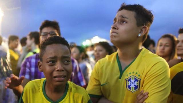 اطفال يبكون بعد هزيمة البرازيل امام المانيا