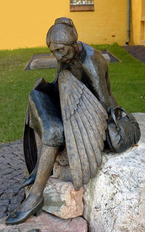 Bronzeskulptur af gammel dame med vinger, Metamorphose af Arne Ranslet