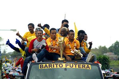 Para pemain Asing Barito Berada di atas Mobil