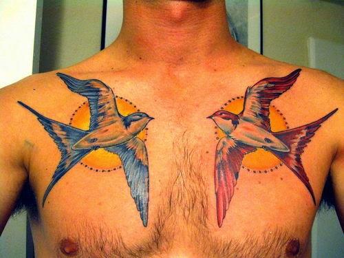 Tatuaje de pájaros en el pecho