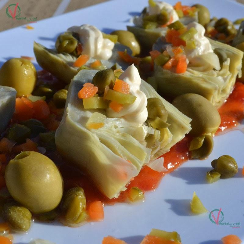 Alcachofas frías con dos salsas.