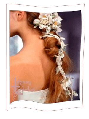 Los tocados de flores colocados a lo largo del peinado.