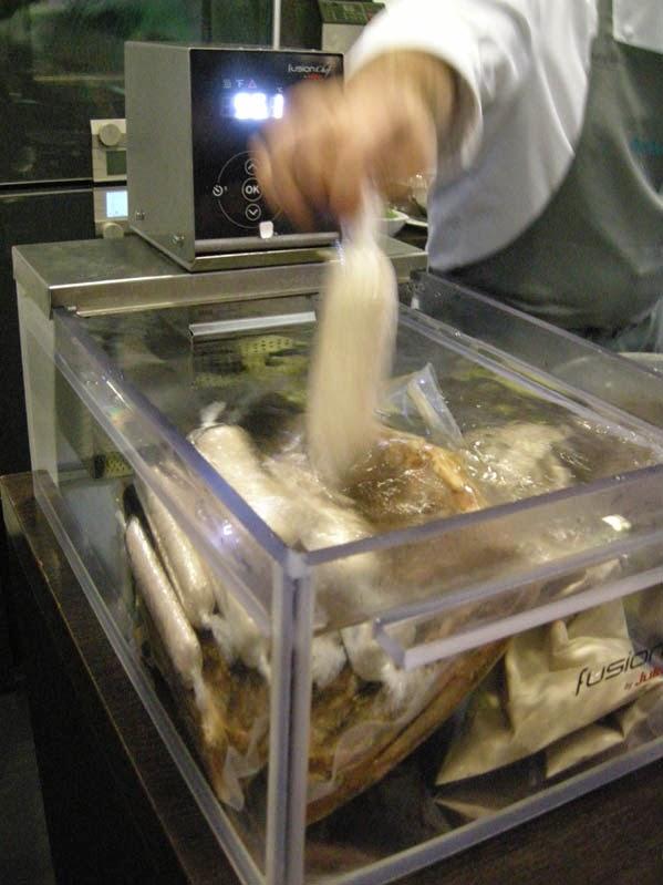 Vakuum-verpackt und bei niedriger Temperatur schwimmt das Fleisch im Sous-vide-Becken