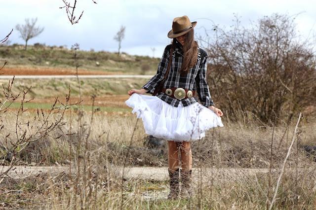 Outfit camisa cuadros falda cancan maletín botas camperas sombrero