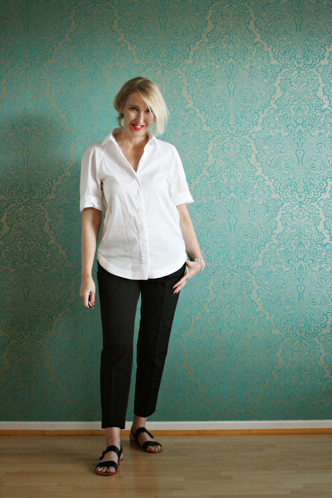 Schwarze hose weisse bluse outfit