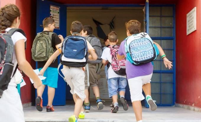 ΑΡΙΣΤΕΡΟΣ Διευθυντής έβαζε παιδιά Δημοτικού να κουβαλάνε τα σακίδιά τους στον ήλιο για «να νιώσουν πρόσφυγες»!