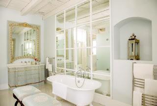 specchi in bagno immagine