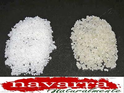 Extracción de la Flor de la Sal desde las Pilas   El uso correcto de este tipo de sal, es,  añadiendo la misma a los productos, pero sin llegar a cocinarlos.  Por ejemplo, para el pescado, para las carnes, ensaladas, etc. pero siempre en el momento que se vaya a consumir, no es recomendable cocinarla.  Se puede mezclar con  otras sustancias, especias, etc. Otra variedad de hibridación es, combinarla con rosas.  De esta manera se  cambia el color de la sal, pero no se modifica su sabor este es un buen ejemplo de hibridación.  La producción de la flor de la sal, es un buen ejemplo de producción sostenible, que ayuda a sus productores, a crear riqueza dentro del medio rural, sin grandes inversiones y respetando en todo momento el medio natural.  El uso correcto de este tipo de sal, es  añadiendo la misma a los productos, pero sin llegar a cocinarlos. Por ejemplo, para el pescado, para las carnes, ensaladas, etc. pero siempre en el momento que se vaya a consumir.     Lo último y lo más innovador que se ha comercializado es, la Flor de Sal Líquida  en spray  y echarlo a los alimentos.  Otra gran ventaja de La Flor de la Sal Líquida, es que no retiene líquidos, ya que tiene  solo del  8 al 10 % de sodio.  La flor de Sal sólida,  tiene 28 al 32 % de Sodio  Otro uso frecuente de la Flor, es darse baños o pediluvios.  Para ello,  la proporción de sal por litro de agua,  que emplearemos será de 36 gramos, que es la misma proporción que la del agua del mar.  Es preferible utilizar agua caliente, siendo un buen sistema de expulsión de toxinas.   Cada molécula de  Sodio,  retiene dos moléculas de  agua. Por esta razón el abuso de la sal produce una retención de líquidos en alas personas.  www.casaruralurbasa.com