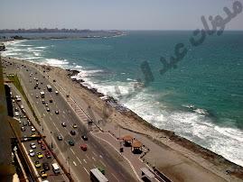 كامب شيزار وقد اختفي الشاطئ تحت حواجز الأمواج