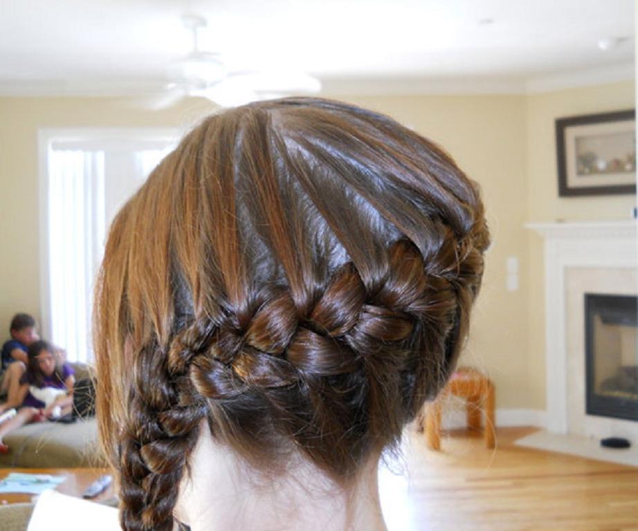 El estilo de su trenza con un montón de flores, encajes trenza, ganchos  para el cabello, y otros componentes, son la d