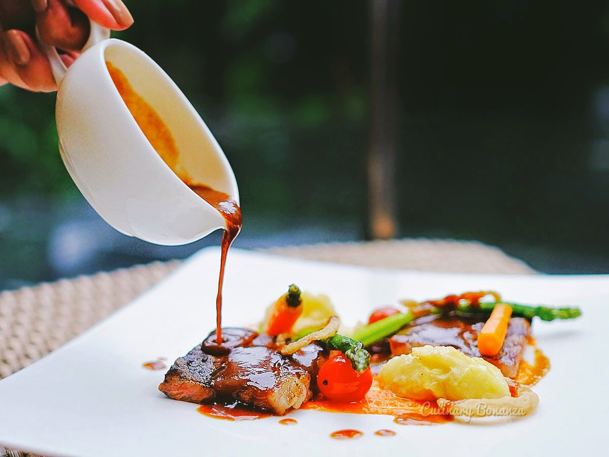 Striploin with red wine sauce, mashed potato and sauteed vegetable on the side (www.culinarybonanza.com)