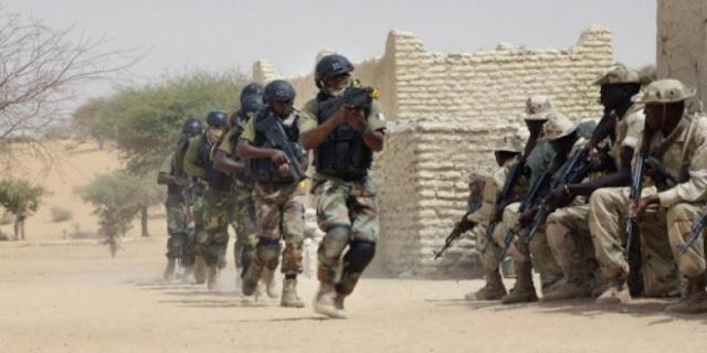 Pasukan khusus Nigeria berlari melewati pasukan Chad dalam sebuah latihan bersama beberapa waktu lalu.