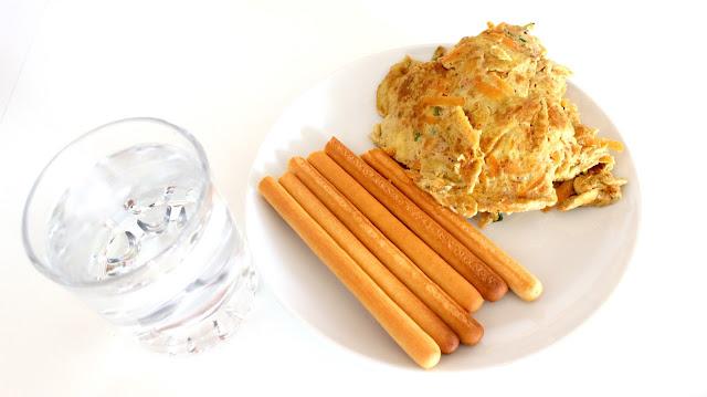 lunch omelette breadsticks water