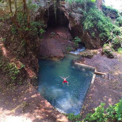 Menikmati segarnya mata air Srimulih dengan berenang.