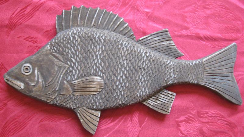 Хороший подарок рыбаку - декоративное блюдо в виде окуня для копченой рыбы