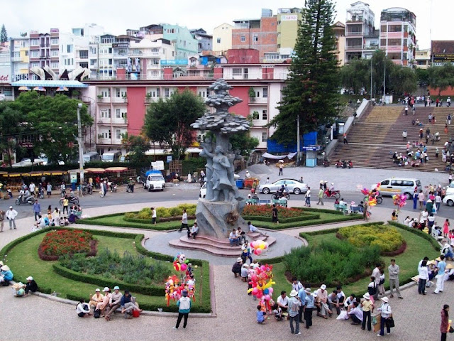Statue of Da Lat market