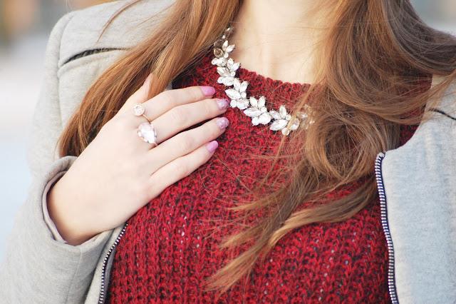 Zimowa stylizacja z bordowym swetrem