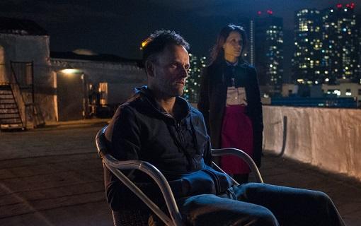 Jonny Lee Miller y Lucy Liu en Elementary