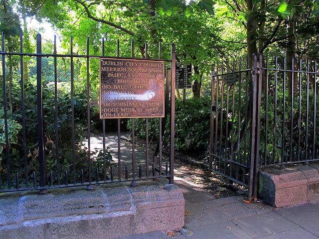 entrance to Merrion Square park