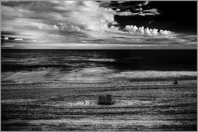 Las primeras del otoño: Lector despistado, en playa abandonada