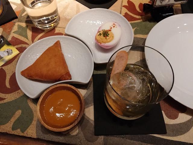 Deviled egg y samosa de pescado con salsa de mango y tamarindo. Maridado con Mascetti.
