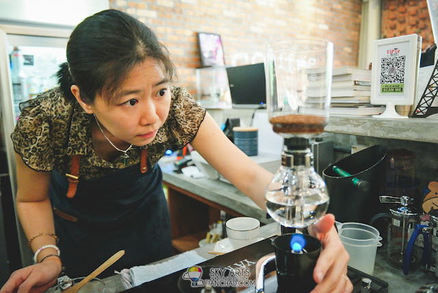 Janet preparing coffee the syphon way - TiPsy Brew O'Coffee @ Puchong Setiawalk