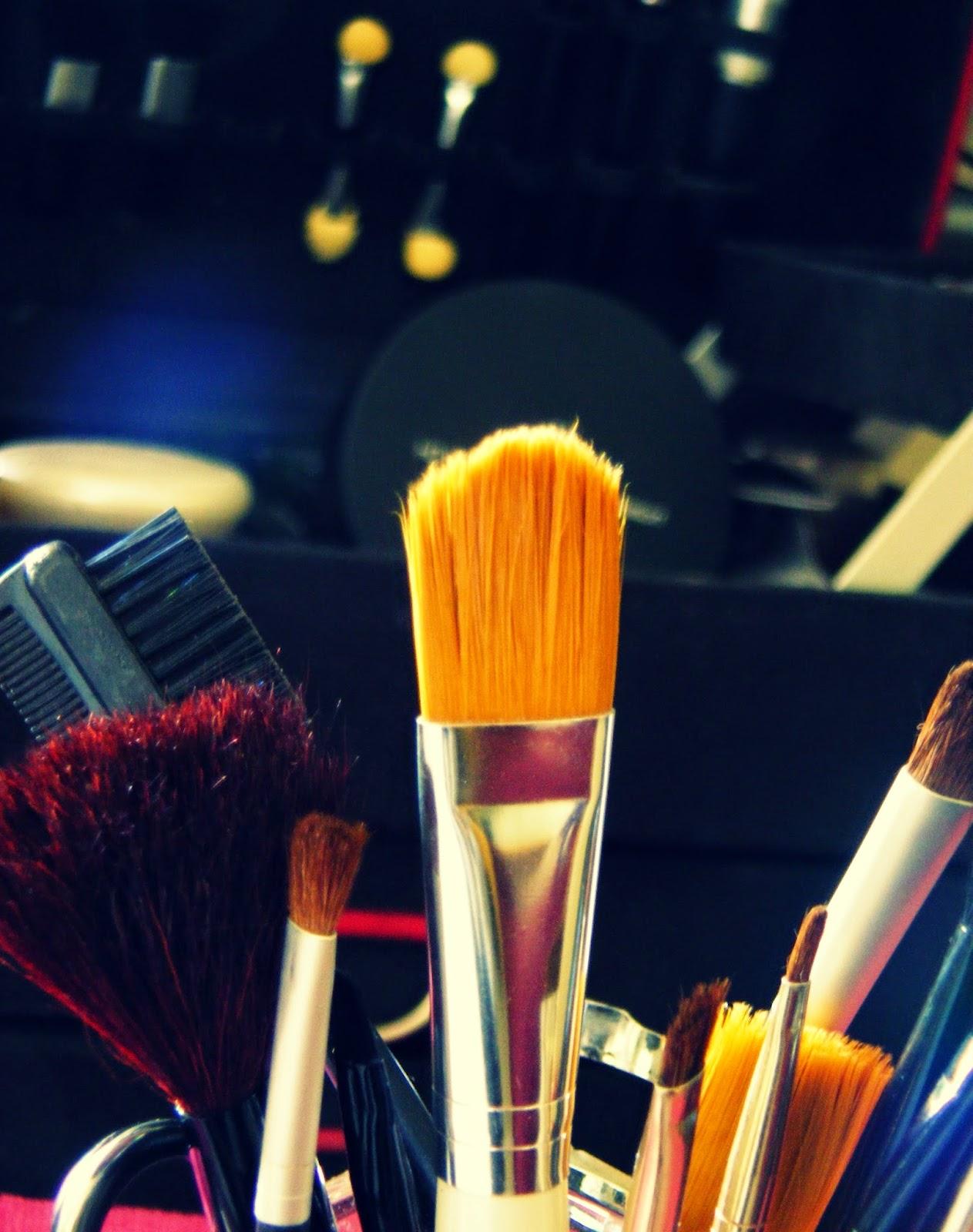 http://outfitdeldia.blogspot.com/2015/01/el-cuidado-de-tus-brochas-de-maquillaje.html