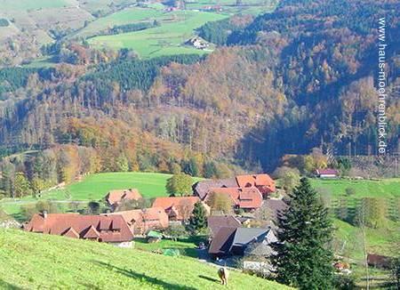 Un pueblo formado con casas tipo chalet en las montañas de la Selva Negra