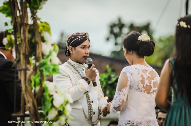 foto janji perkawinan pada pemberkatan pernikahan louisa dan zico di candi prambanan