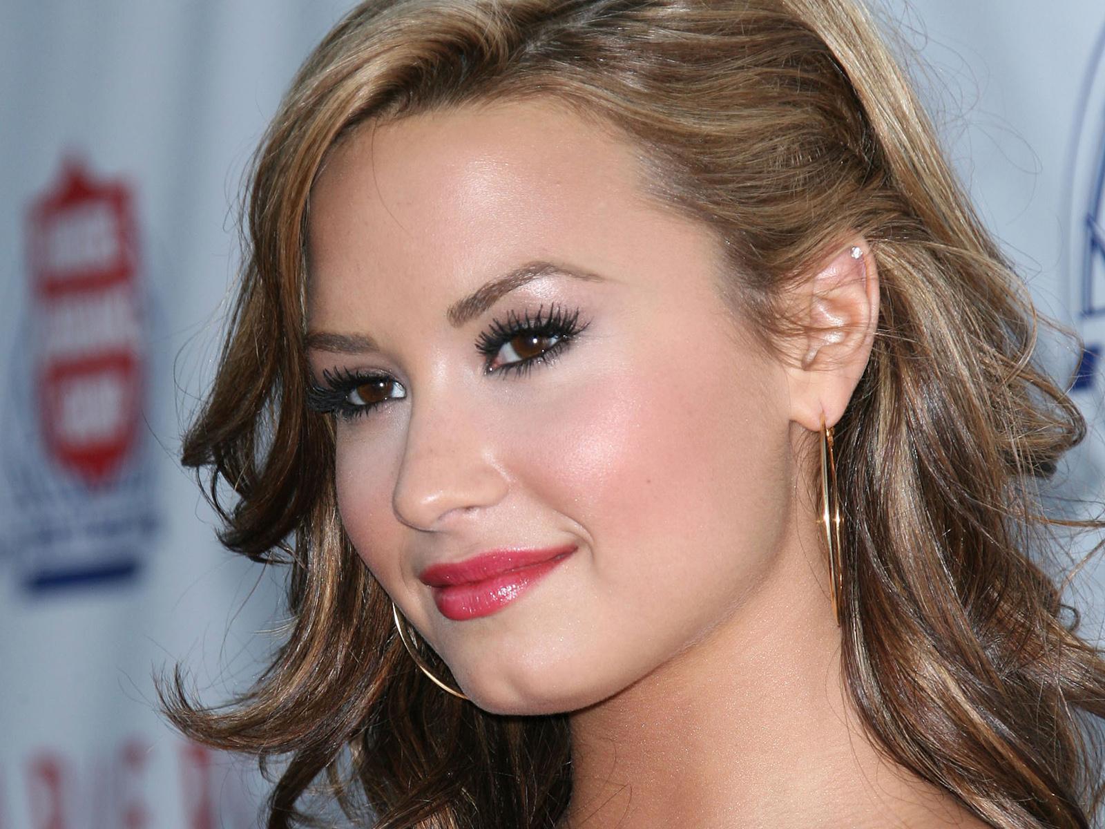 http://1.bp.blogspot.com/-5bxKdWZwMAI/T-muDHOVPCI/AAAAAAAAChU/50teUqDUvNY/s1600/Demi-Lovato-005.jpg
