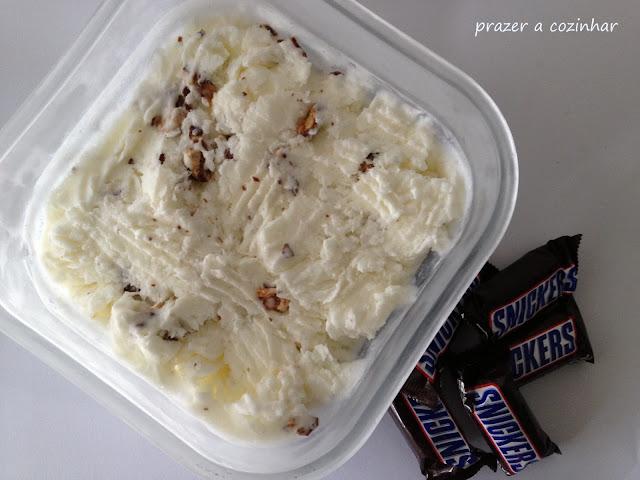 prazer a cozinhar - Gelado de snickers com molho de caramelo