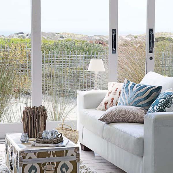 salón en grises y blanco-cálido- con baul y luminoso