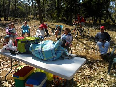 Una familia, equipada para pasar el día y ver la Vuelta