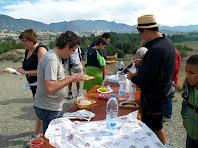 Esmorzant amb la Serra de Curull al fons