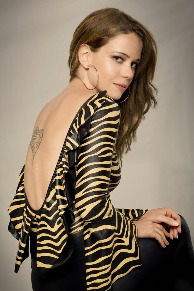 A atriz que está magrinha exibiu o corpo em peças de uma grife para o verão 2015